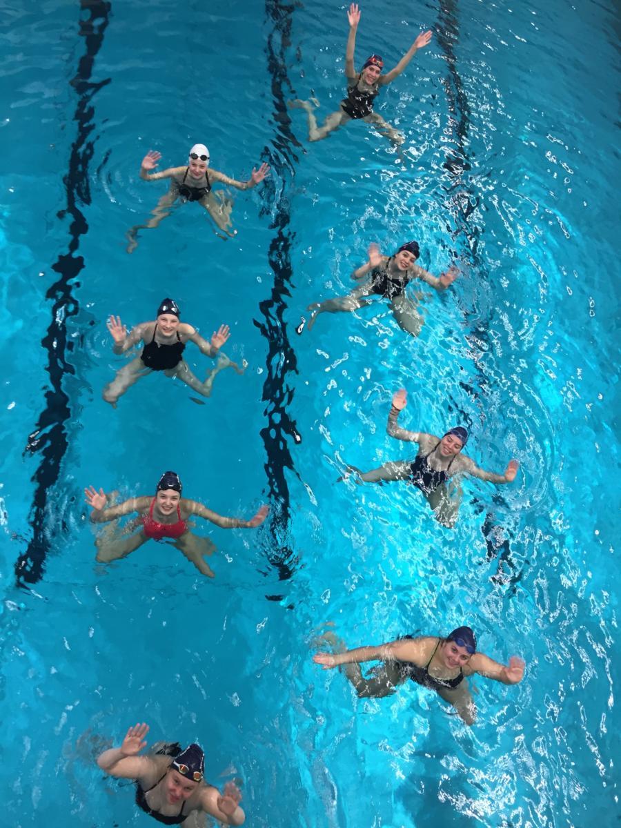 Acht Landeskader-Schwimmerinnen im Wasser